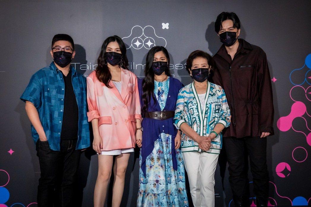左起導演張騰元、阮秋姮、阮安妮、陳淑芳、江常輝出席北影首映。圖/台北電影節提供