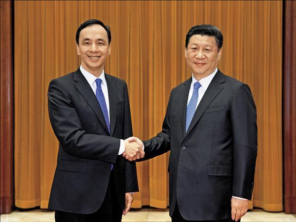 圖為2015年5月,國民黨主席朱立倫(左)與中共總書記習近平(右)在北京登場的「朱習會」資料照片。美聯社