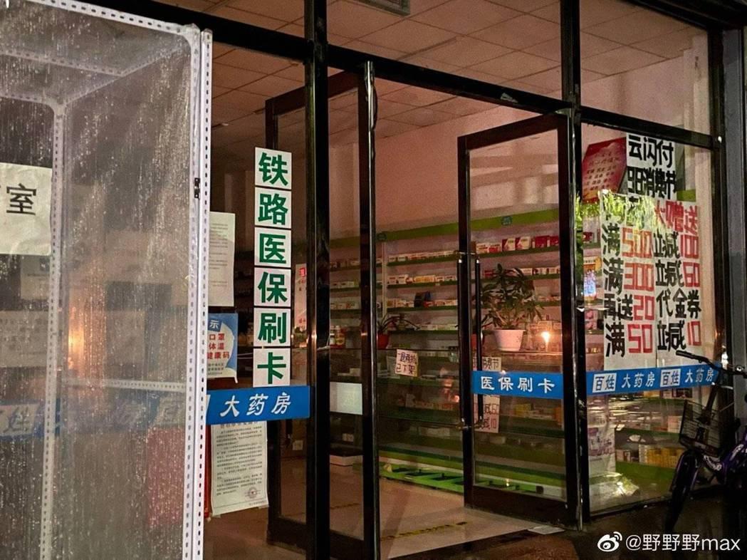 遼寧當地店家點蠟燭營業。(翻攝自微博)