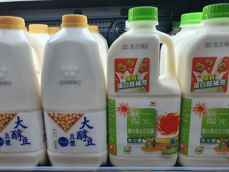 「植物奶」飲品近來成為潮流,不過營養師建議要注意計算攝取量,均衡飲食。記者李成蔭...