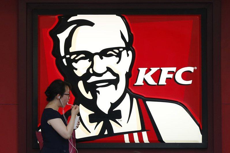 美國肯德基近期表示,由於缺乏工人幫忙剔除骨頭以致無骨雞肉供應不足,決定暫不宣傳無骨雞肉產品。(路透)