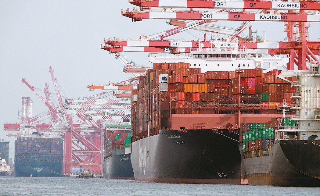 法人預估,在塞港各種附加費持續墊高下,貨櫃三雄下半年稅前獲利有望挑戰4,000億...