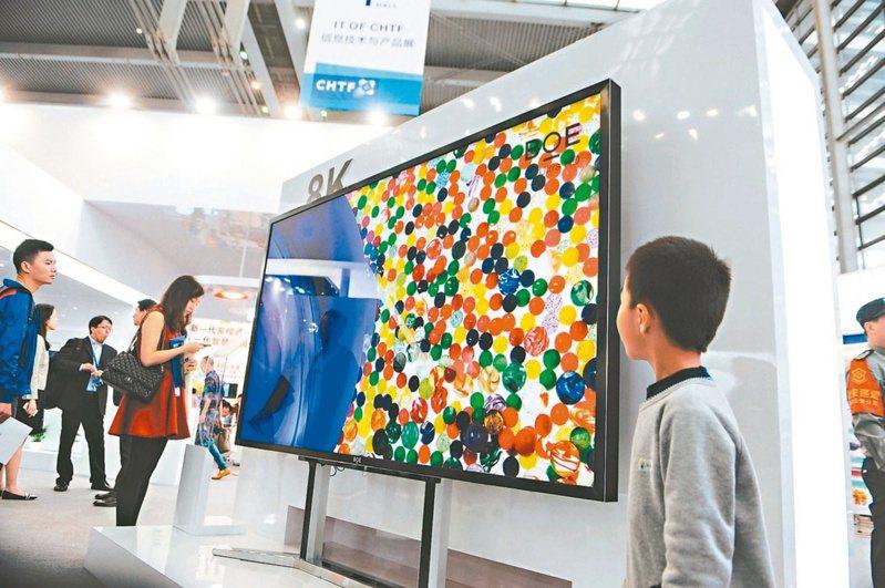 電視面板報價大跌,業界10.5代廠擴產計畫卻未因此縮手,敲響供過於求警鐘。(本報系資料庫)