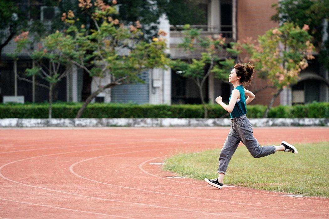 「俗女2」中,「嘉玲」謝盈萱為追回舊愛狂奔。圖/華視、CATCHPLAY提供