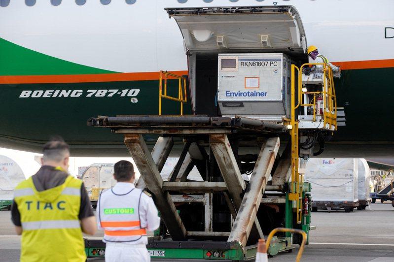斯洛伐克捐贈給我國的16萬劑AZ疫苗,昨天從維也納機場起飛運抵桃園國際機場,降落後,進行消毒。記者季相儒/攝影
