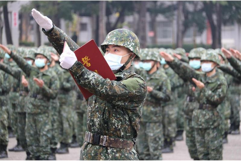 為了讓役男在國家遭受軍事威脅時能「立即動員、立即作戰」,國防部即日起試行新版軍事訓練役,不但恢復新兵訓練後須「下部隊」,同時落實外島籤。圖/陸軍司令部提供