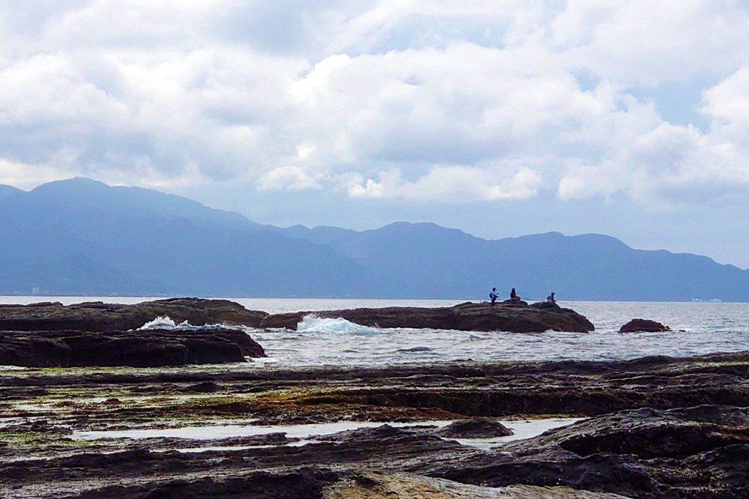 有一種溺水狀況常發生於釣魚及觀浪民眾,因為瘋狗浪或腳滑造成意外落水。因為這兩種狀況都是靠近岸邊,且常是遍佈礁石或水泥消波塊的岩岸,此種情形就不適合做仰漂待援。 圖/作者提供