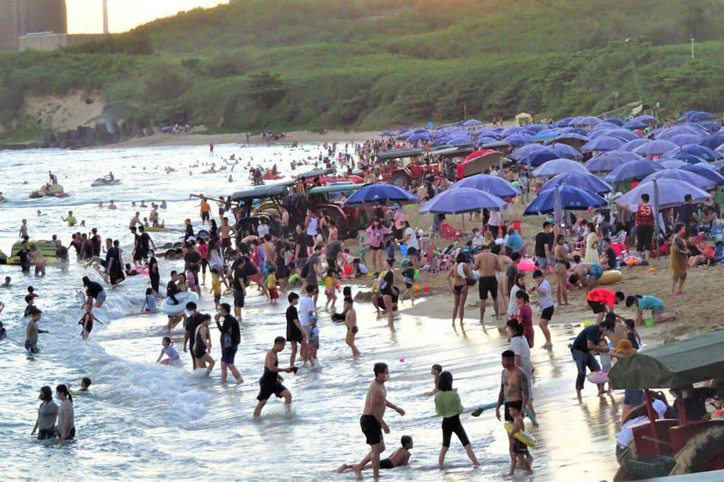 中秋連假爆出遊潮,台灣各遊憩沙灘滿是戲水人潮,也因此發生幾起戲水意外。 圖/聯合報系資料照
