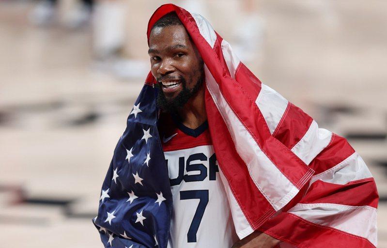 《運動畫刊》和《ESPN》公布新賽季百大NBA球員排名,不約而同認定杜蘭特(Kevin Durant)登上首位。圖為東京奧運男籃金牌戰,美國隊在杜蘭特(Kevin Durant)全場29分領軍下,以87比82擊敗法國隊奪得金牌。特派記者余承翰/東京攝影