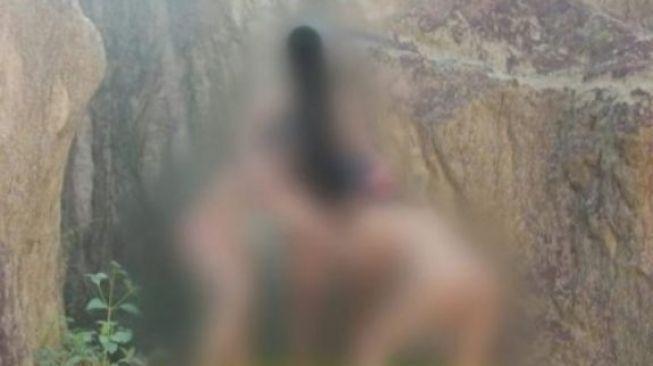 兩女一男在景點3P裸照外流。圖/取自coconuts
