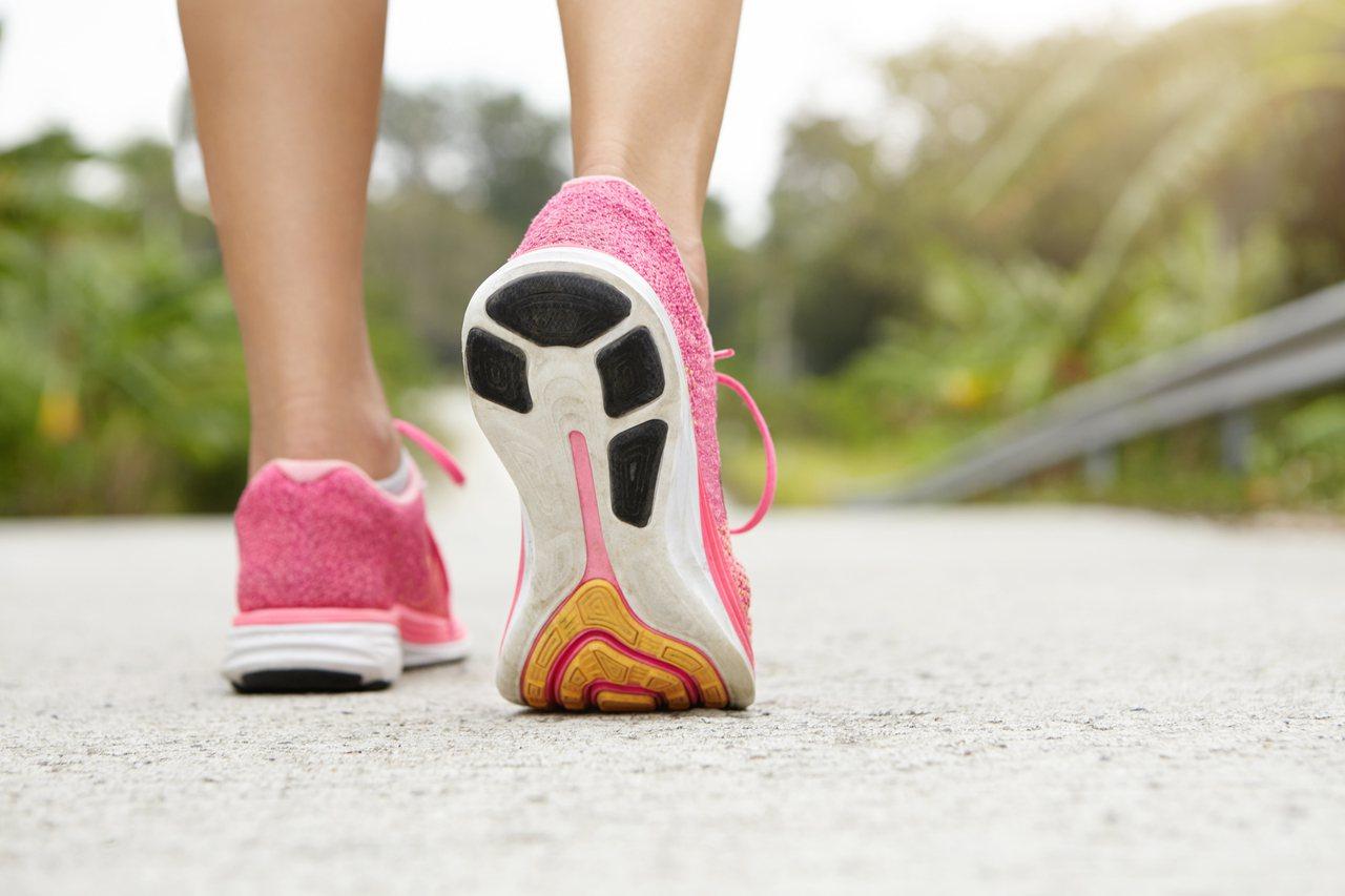 鞋底磨損的情形通常有含義,如果磨損很平均,代表足底壓力很好。 圖/freepik