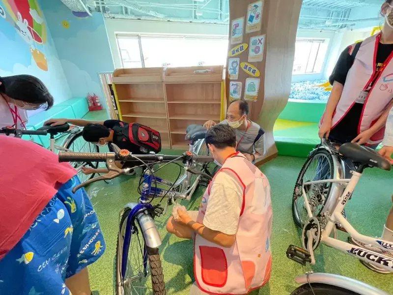 小愛爸爸公益平台和基隆市星兒協會合作,帶領自閉症患者到台鐵舊隧道騎乘自行車,欣賞...