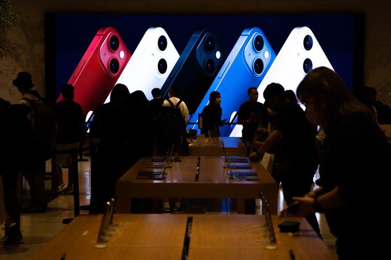 蘋果iPhone 13系列新機開賣,蘋果直營店開放取機。聯合報系資料照/記者季相儒攝影