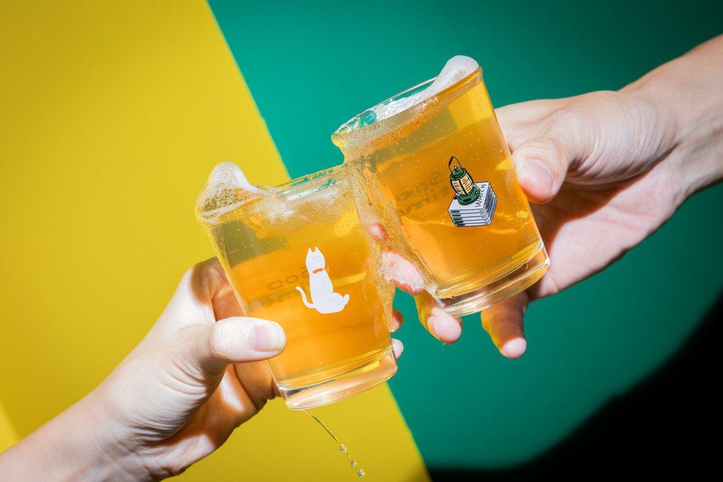 兩款玻璃杯分別是插畫家Abei(右)和三木森於不同專題裡的圖像取用,精緻的印刷讓...