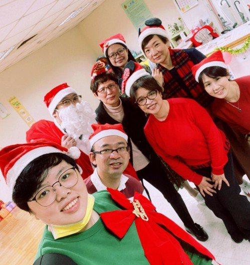 社工們在大安社會服務福利中心慶祝聖誕節。圖片中間穿著黑色外套的是創辦人陳玉君女士...