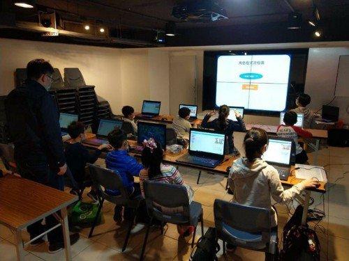 孩子們正在學習程式課。 圖/FUN心在台北提供