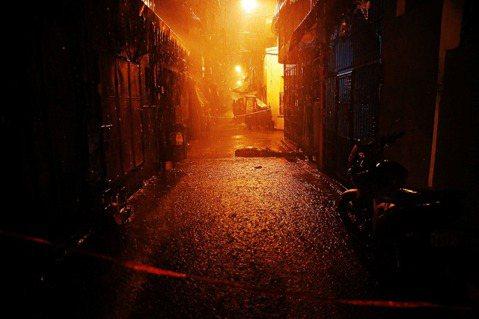 不論阿斯旺是否真的存在,那些倒臥在街角巷弄的屍首、在地面上逐漸乾涸的血液的確是難...