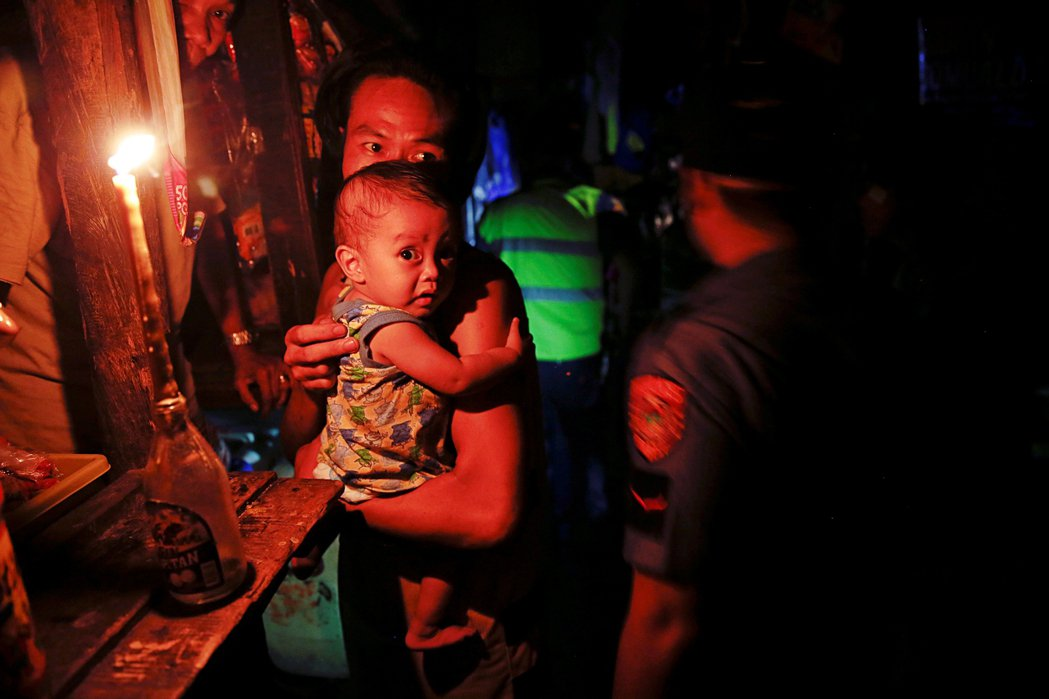 人們對於阿斯旺的恐懼遊走在虛構與真實之間。圖為2016年,當警察進入貧民窟搜捕毒...