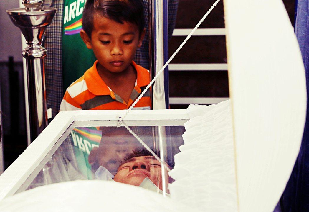 貧民窟裡的孩子們嬉鬧舉止背後,反映出來的是殘酷的真實:當周遭的親友一個個被阿斯旺...