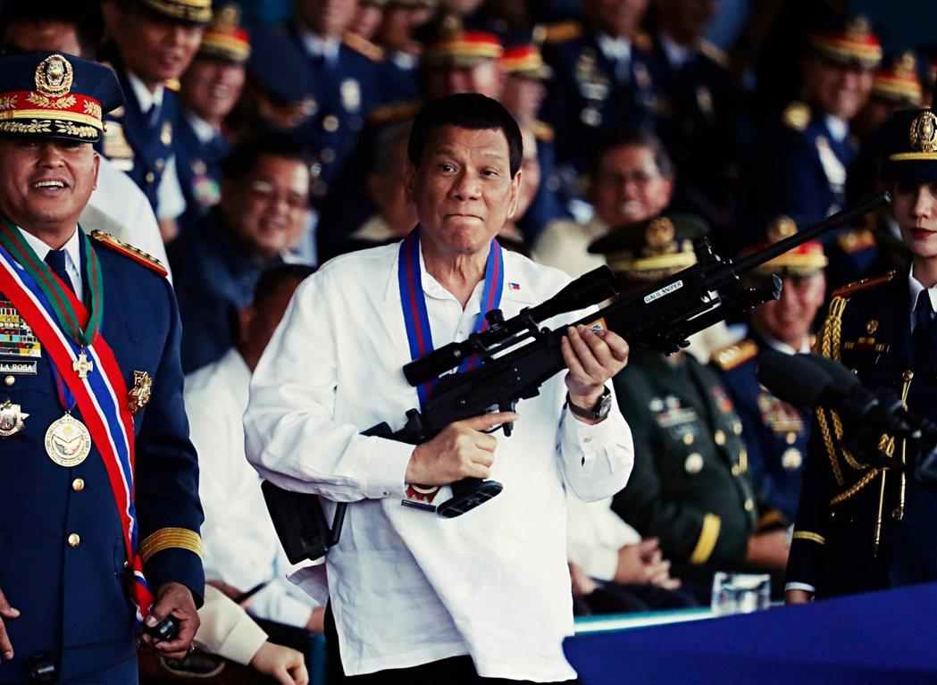 杜特蒂深受馬可仕執政風格影響,整合國家資源與地方政治暴力,如他將自己過去20年在...