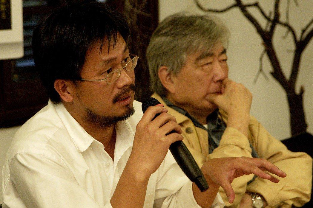 陳映真(右)出席作家藍博洲(左)《幌馬車之歌》增訂版新書發表會。 圖/聯合報系資料照