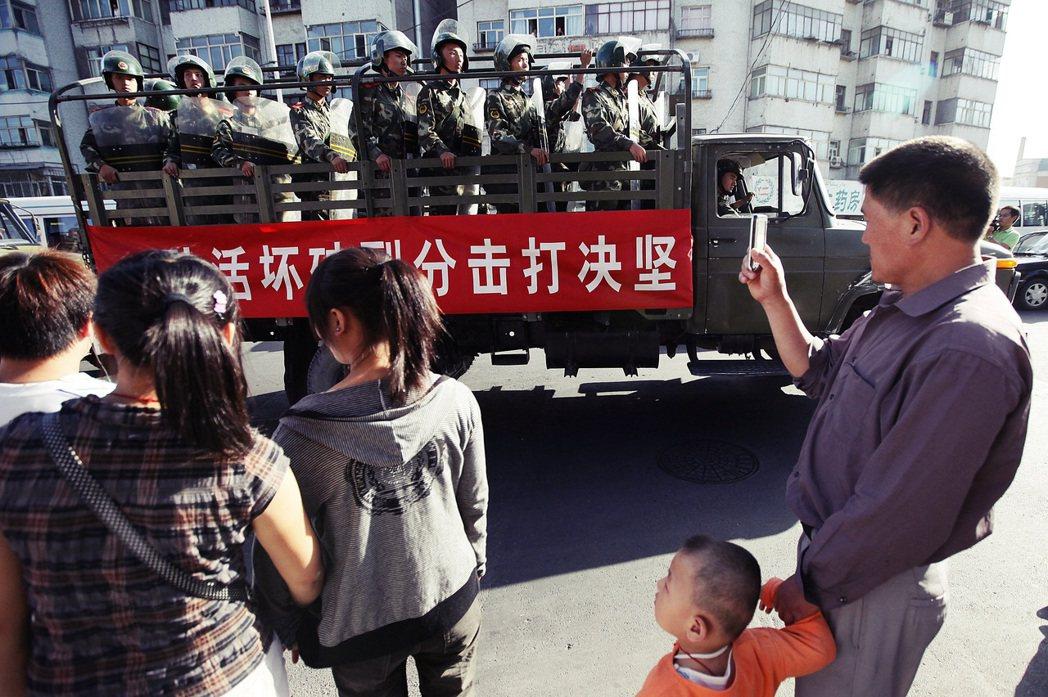 中國當局的關押理由皆是數年前的「身份註記問題」,無視已屬外國公民的事實。圖為進駐...