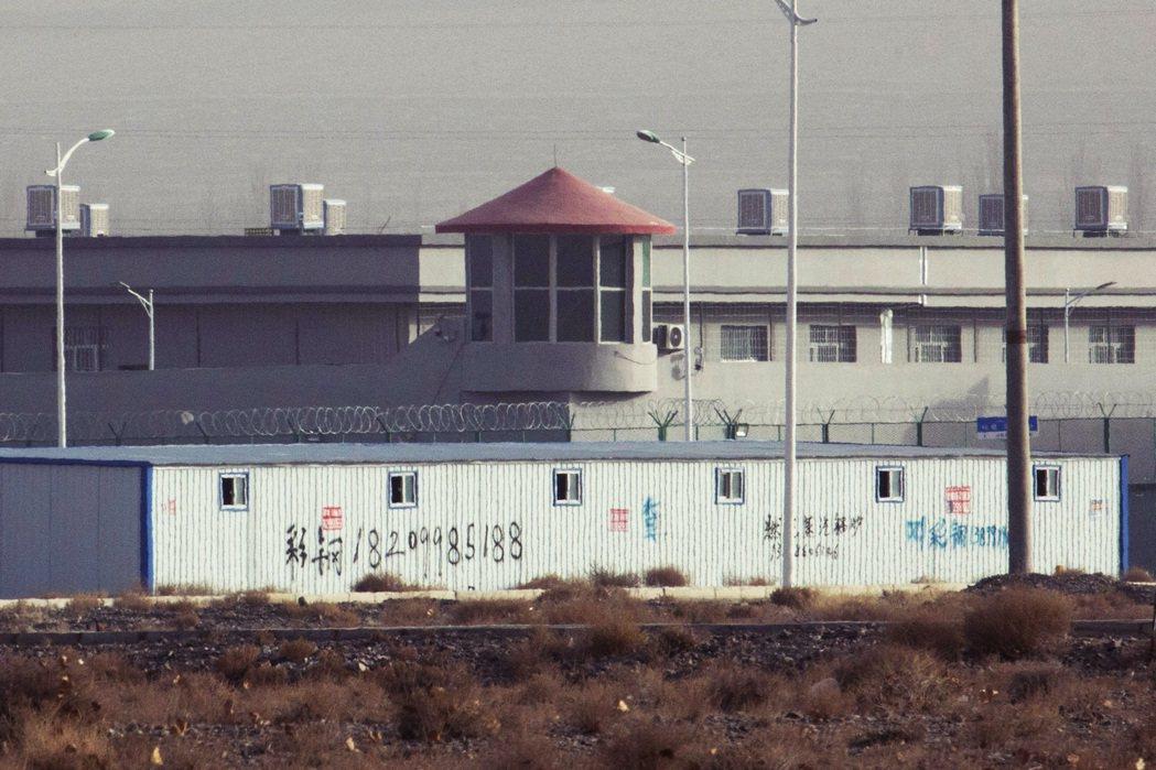 圖為新疆阿圖什的昆山工業園區,從衛星照和外觀拍下了被認為是拘留營的空間。 圖/美...