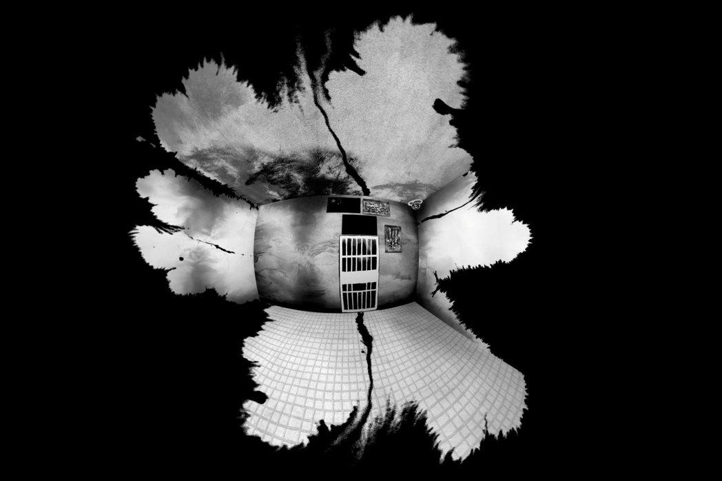 《我在再教育營的日子》以黑白手繪技法、原音口述,重現位於新疆塔城的一座拘留營內的...