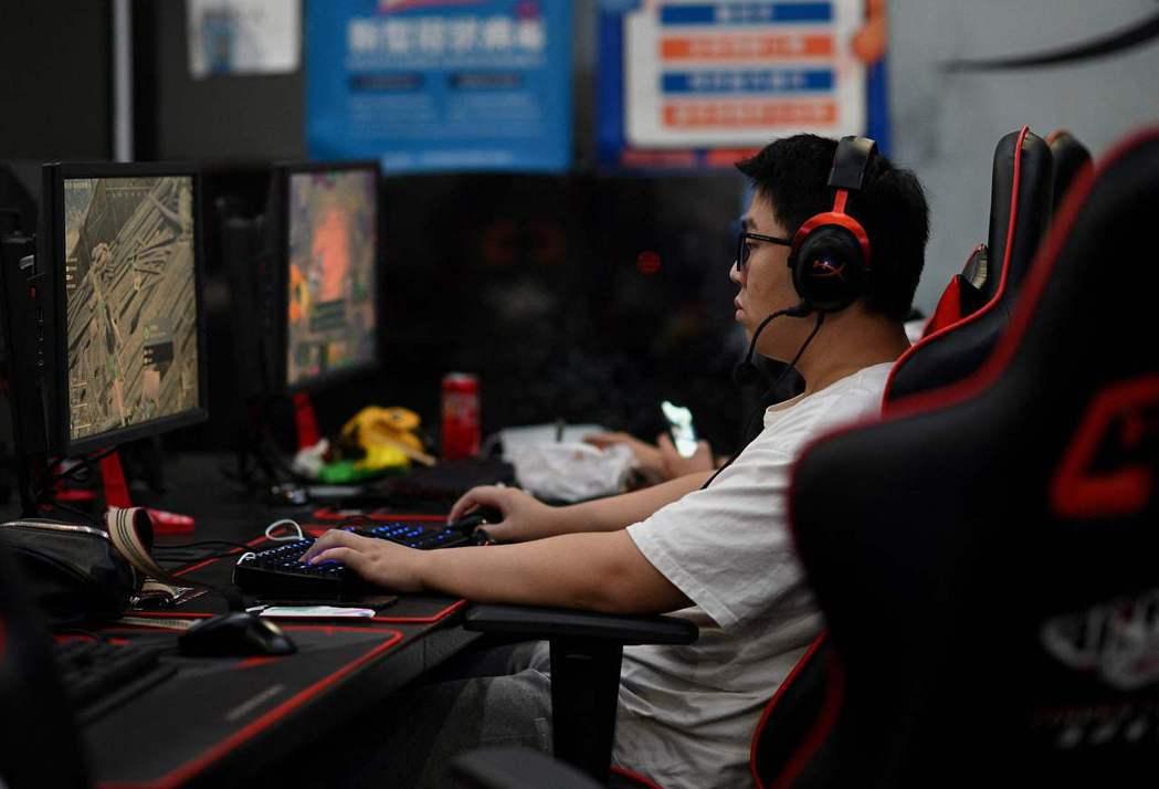 如果說防沉迷政策可以被未成年玩家規避,中國遊戲業者還能笑著發聲明配合,施行十幾年來也沒見遊戲產業化為烏有,這個政策到底影響了誰?不如說是和許多不明白中國產業的網友一樣的境外業者。 圖/法新社