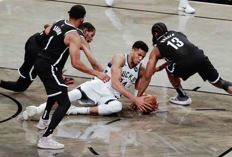 籃網在季前又成為奪冠大熱門,盤口最看好的球隊,但真的想搶下冠軍寶座,恐怕是沒有那麼容易。 歐新社資料照片