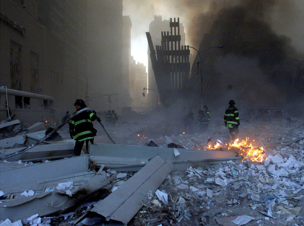 蓋達組織於2001年9月11日對美國本土發動一連串自殺式恐怖攻擊,並造成嚴重傷亡。這是美國本土首次遭受來自空中的襲擊,也是繼珍珠港事件後,外國勢力首次對美國領土造成重大傷亡的襲擊。 圖/路透社