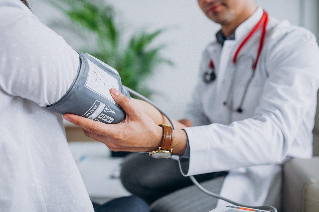 所謂心理會影響生理反應,如果病人每天在家測血壓都正常,但只有到醫院量測血壓卻不正...