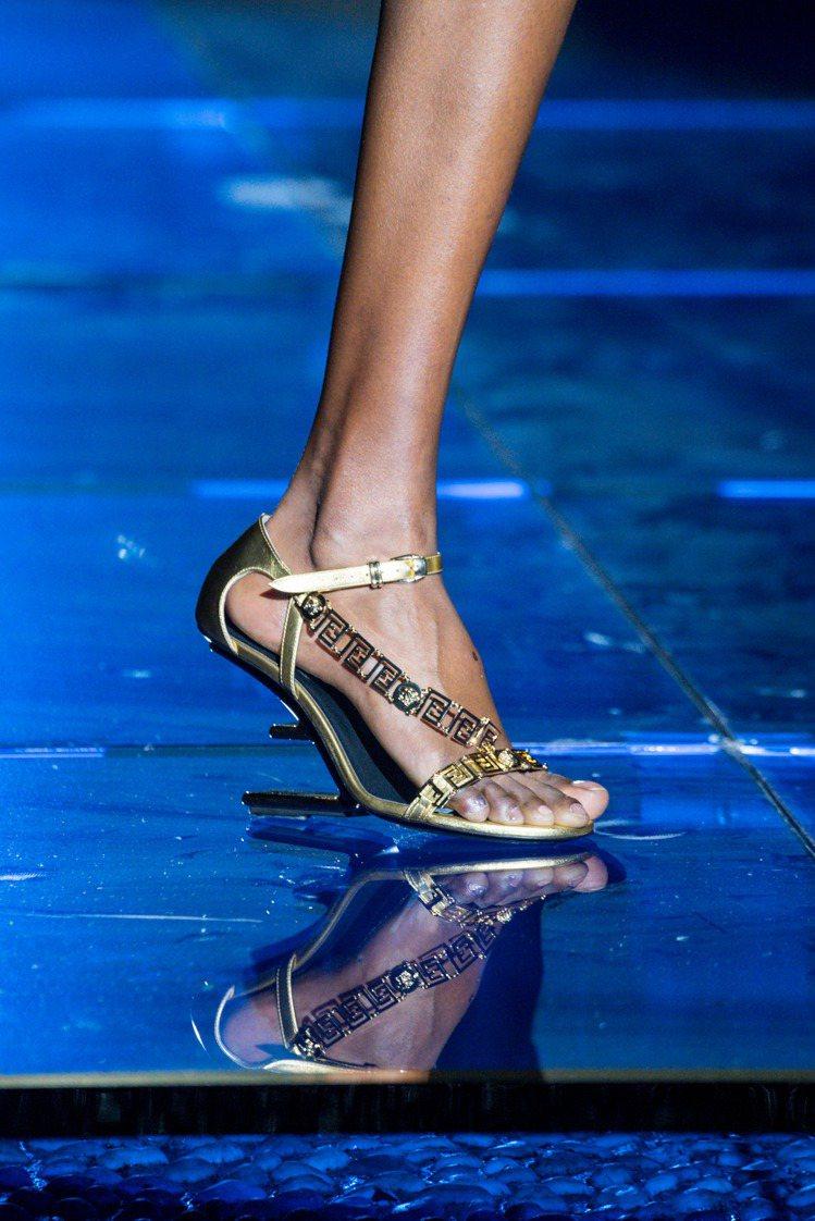 VERSACE的希臘回紋圖案搭配FENDI F鞋跟。圖/FENDI提供