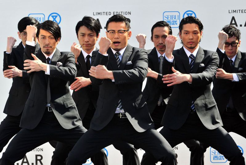 日本西裝產業1990年代年營業額高達1.4兆日圓(台幣3556億元)的西裝市場,進入21世紀以後起了變化,現在剩不到8000億日圓(台幣2032億元)。圖為以全套西裝並且大跳機械舞聞名全球的日本男子團體「World Order世界秩序」。法新社
