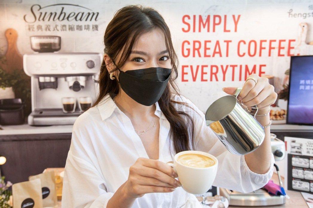 Blaire左撇子體驗Sunbeam義式咖啡機製作拿鐵咖啡。恆隆行/提供