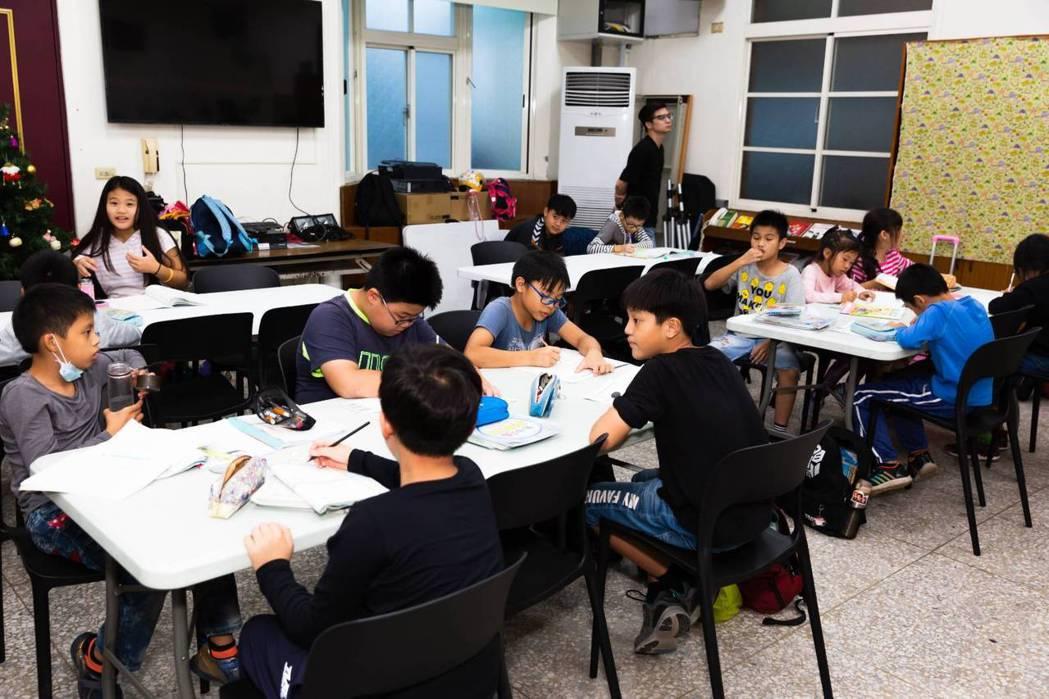 今年小六的小奇(化名)在老師的陪伴中漸漸融入群體之中。基督教救助協會/提供