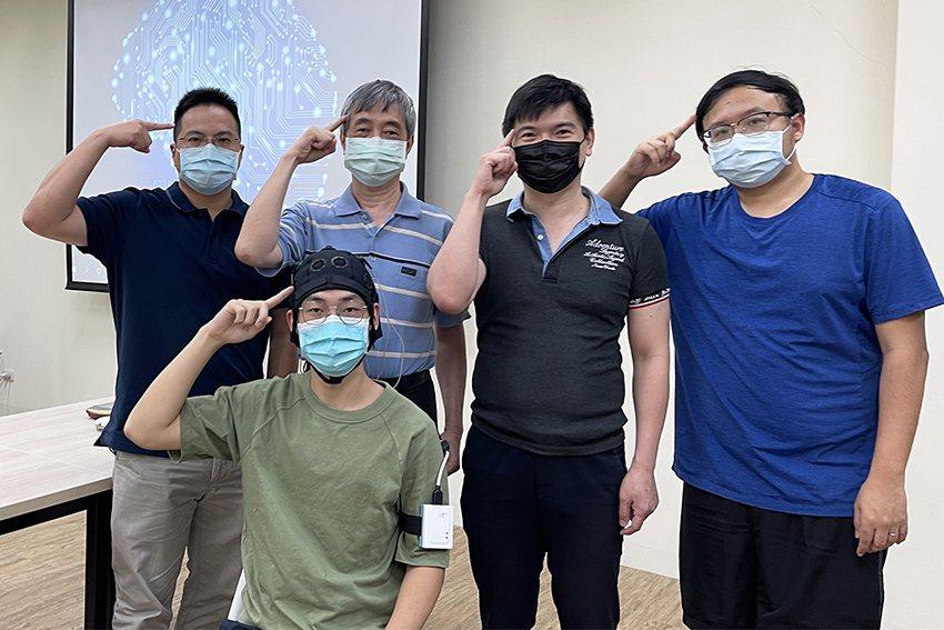中央大學電機系人工智慧腦波研究團隊,研發出新一代輕薄短小的腦波機(如受測者手臂)...