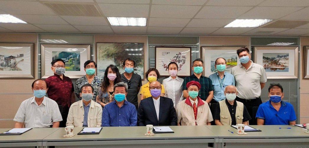 全體董事一致擁戴高崇雲(前排左4)連任該會董事長。中華學術文教基金會/提供