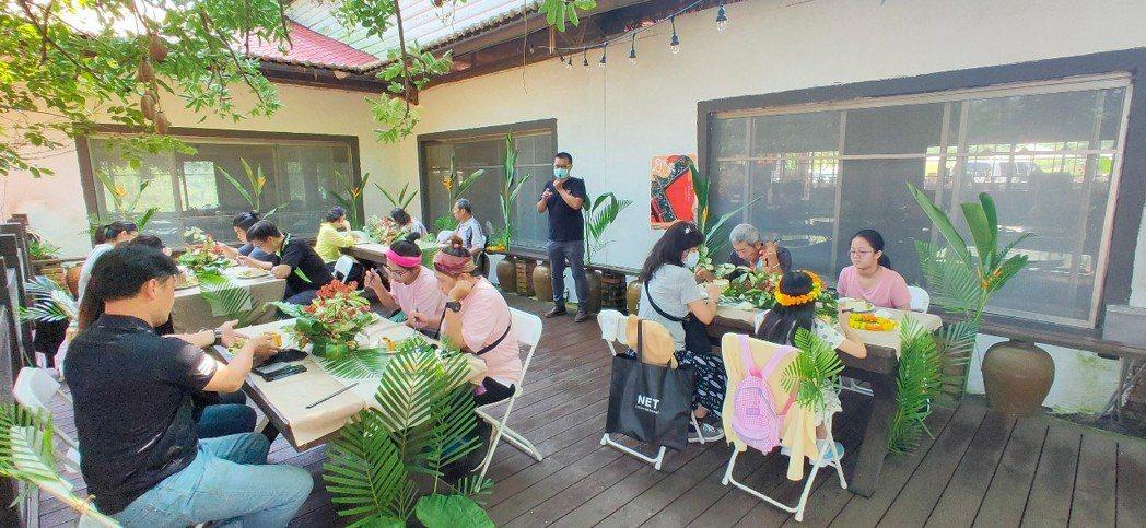 遊客們享用美食及DIY手做體驗。 水保局臺南分局/提供