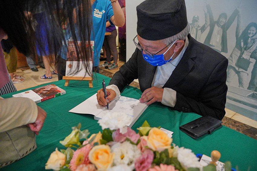 《以愛為名-醫者的行旅》簽書會。 聯新國際醫院/提供