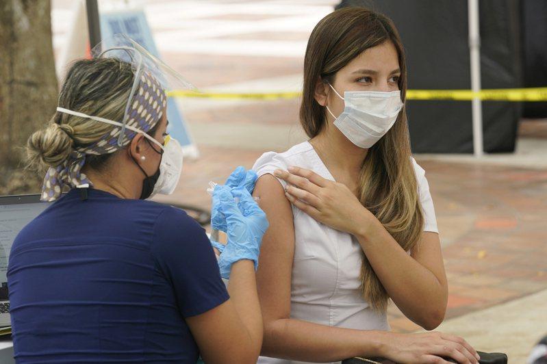 受到交貨延誤與安全疑慮等因素影響,越來越多國家擔心疫苗接種計畫進度延遲,正在考慮第2劑或追加劑改用他牌COVID-19疫苗。 美聯社