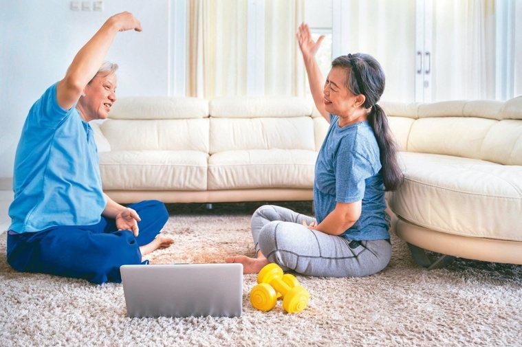 防疫期間,在家應避免久坐少動,仍需適度運動,一方面遠離代謝症候群,一方面做好自我...