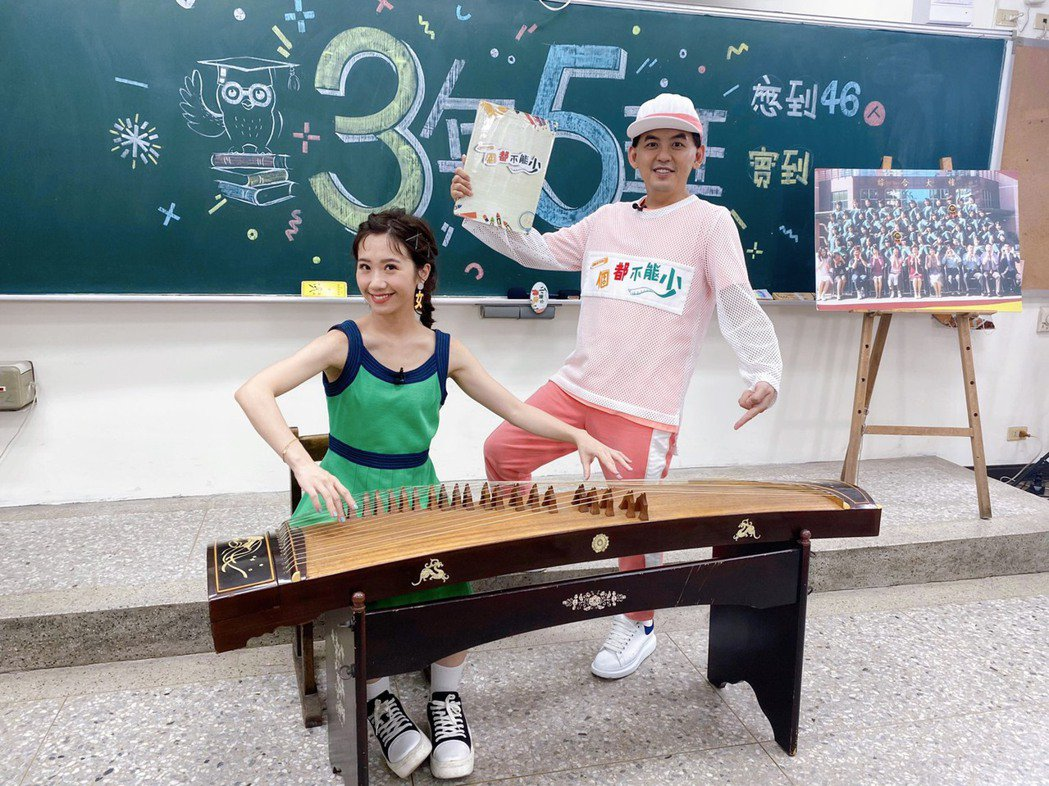 Lulu(左)重返台中女中,還當場秀了一段古箏。圖/一個都不能少粉專
