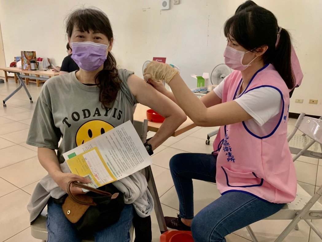 台大小兒感染科醫師李秉穎表示未來幾年民眾可能每年都必須加打一劑新冠肺炎疫苗。圖/...