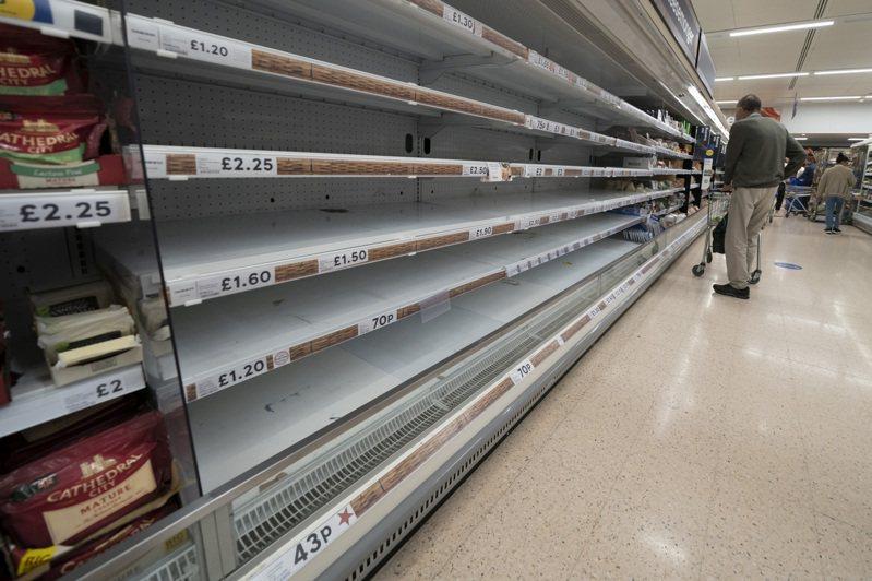 美國和歐洲超市又出現貨架上空空如也的窘境,英國因為有脫歐因素,缺貨更嚴重。圖為英國曼徹特一家Tesco超市。美聯社