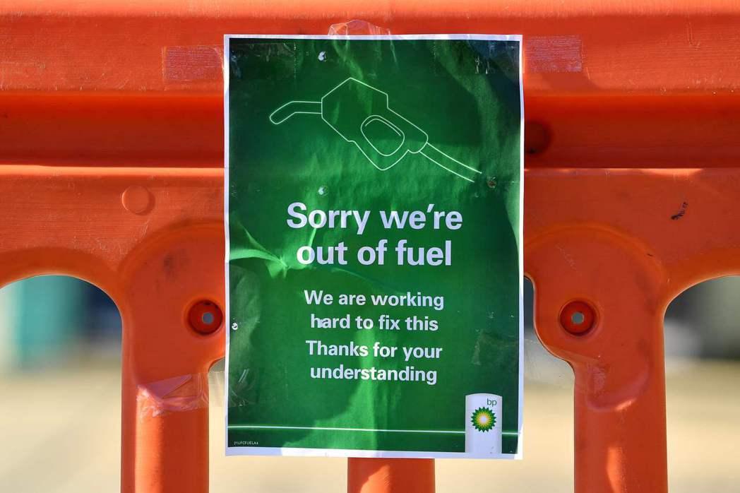 英國首相強生可能會召集軍隊來向英國各地的加油站運送石油,因為這場「石油短缺危機」...