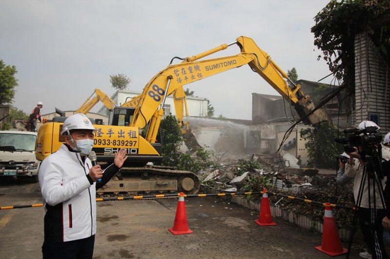 新北市地政局表示,9月中旬調查仍有96間廠房未騰空,但多屬搬遷作業中而非拒遷,讓侯市府任內首例重劃案有望期限內不動用強制力就「全壘打」。圖為3月拆除情形。記者鍾泓良攝影