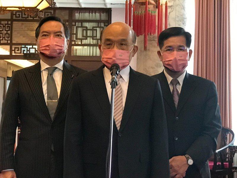 行政院長蘇貞昌(中)、政委羅秉成(左)和教育部長潘文忠(右)出席師鐸獎頒獎典禮。圖/教育部提供