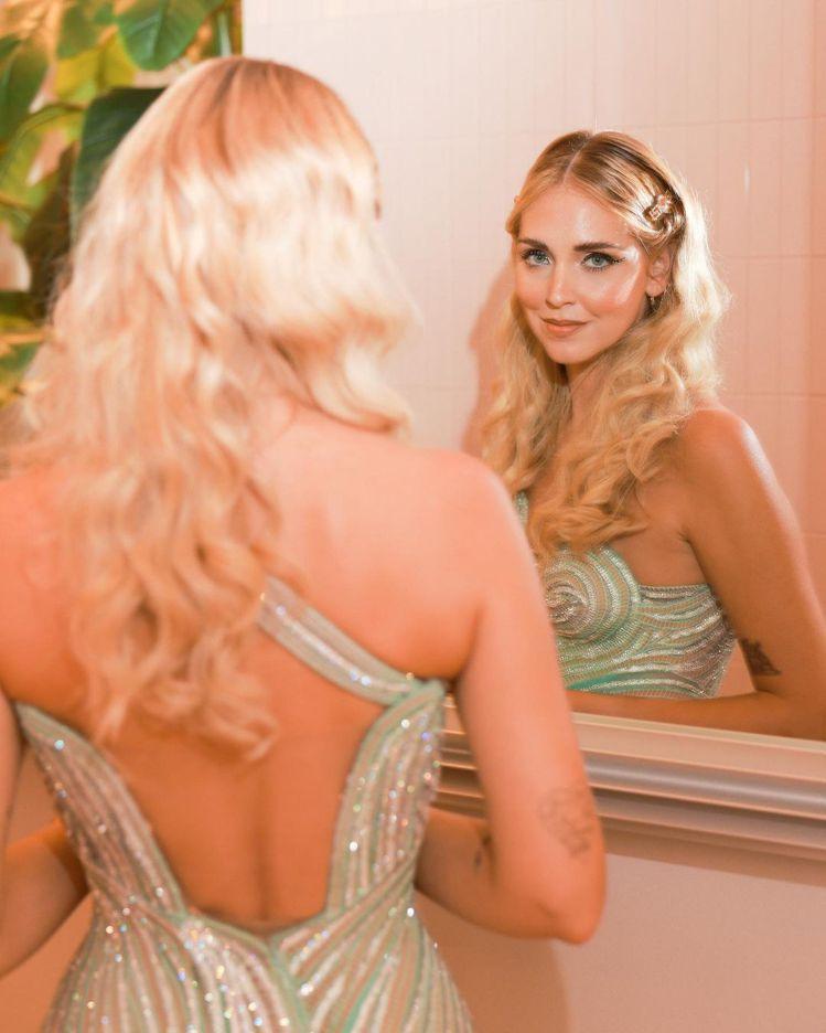 Chiara還穿了一席VERSACE閃亮亮的流蘇洋裝,像極了真人版的美人魚。圖/...