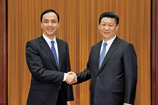 圖為2015年5月,國民黨主席朱立倫(左)與中共總書記習近平(右)在北京登場的「...